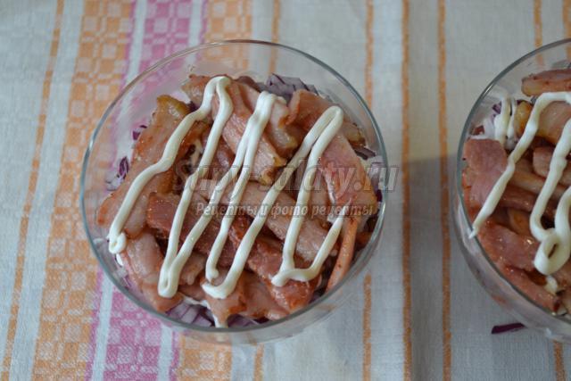 салат с консервированной фасолью и грудинкой