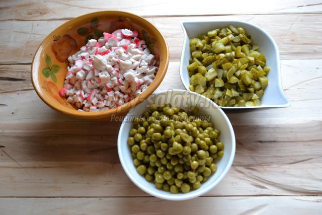 Салат с кальмарами и зеленым горошком рецепт с фото