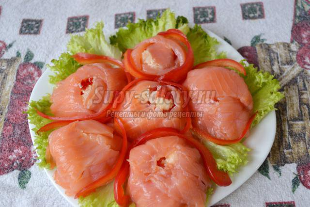 салат с семгой, яблоком и перцем