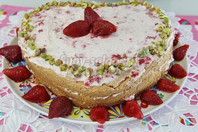 клубничный торт со взбитыми сливками