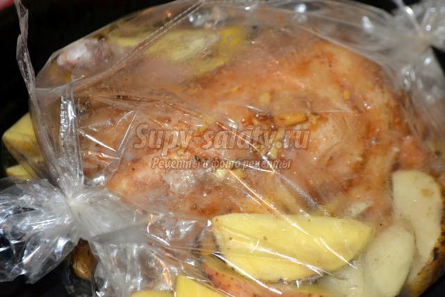 утка, фаршированная яблоками и картофелем