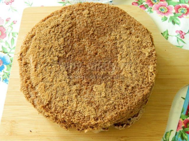 шоколадный бисквит с манго и сметанным кремом