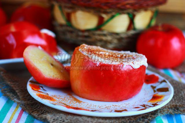 яблоки с творожной начинкой и вишней