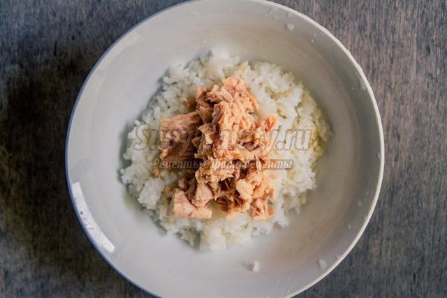 новогодний салат с тунцом, рисом и кукурузой