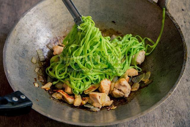 шпинатная лапша с курицей и грибами