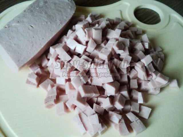сытная окрошка с курицей и колбасой