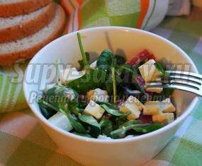 Легкий салат с сыром Фета, салями и зеленью