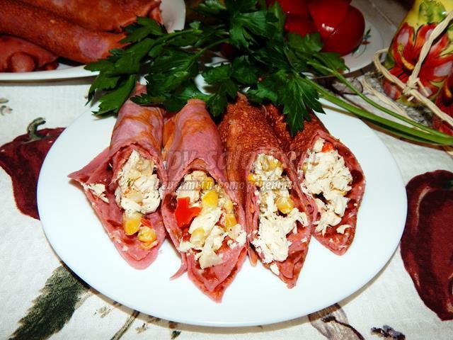 Розовые блины с курицей и овощами
