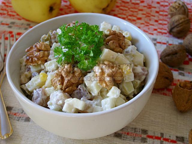 салат с сельдью, грецкими орехами и яблоком