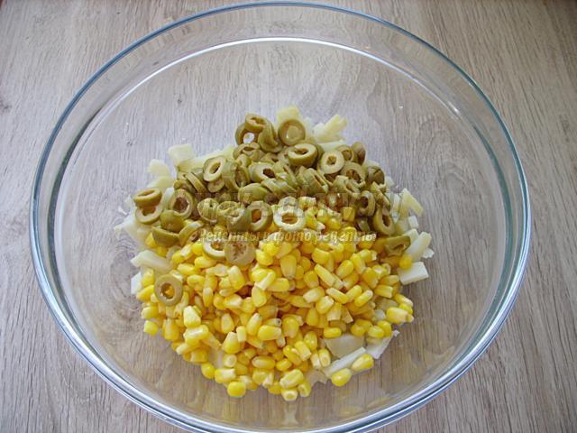 салат с сельдью, оливкам и перепелиными яйцами