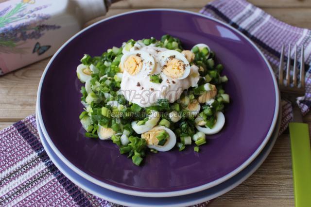 салат из зеленого лука с перепелиными яйцами