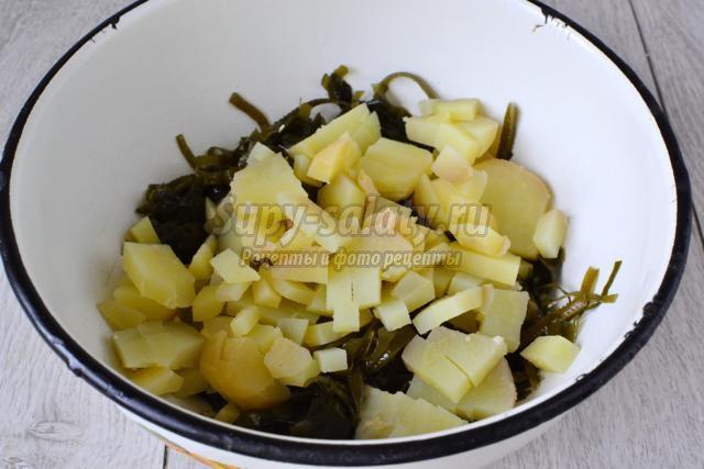 салат из морской капусты с селедкой и картошкой