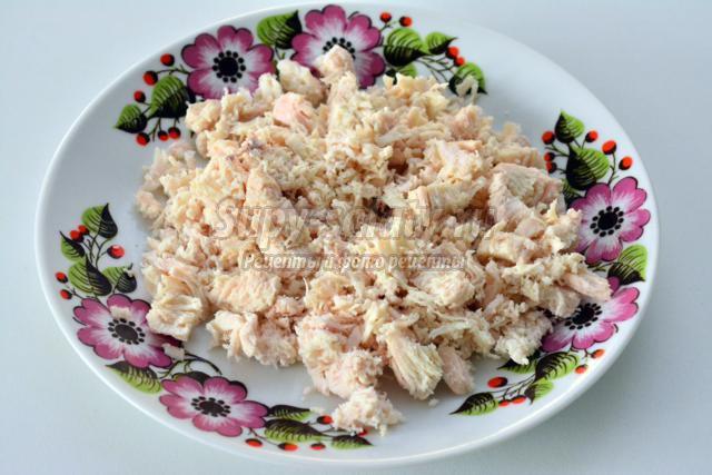 салат с курицей и зернами граната