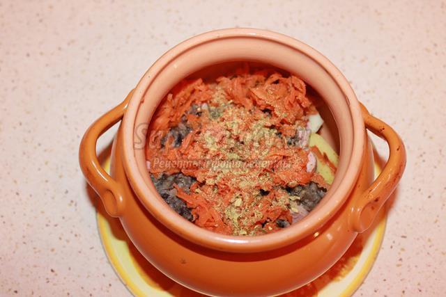 Запечённый картофель в горшочках с сосисками