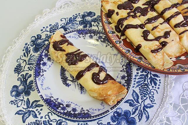 Блины с бананами и с шоколадной глазурью