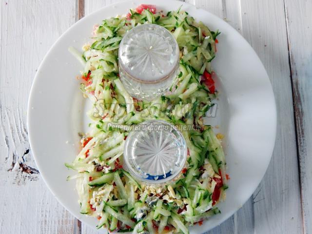 Салат к 8 марта с колбасой и свежим огурцом