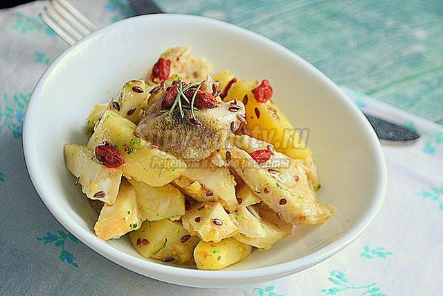 Тёплый салат с печёным судаком