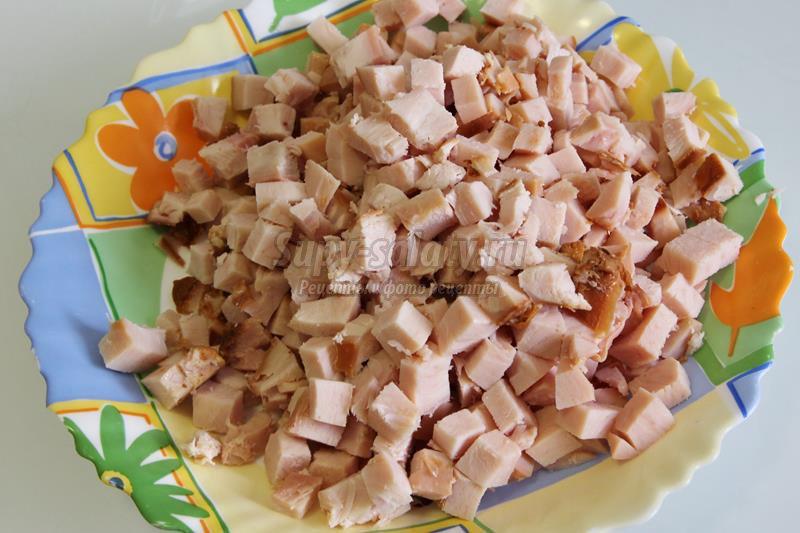 Салат с ветчиной и кукурузой и чипсами