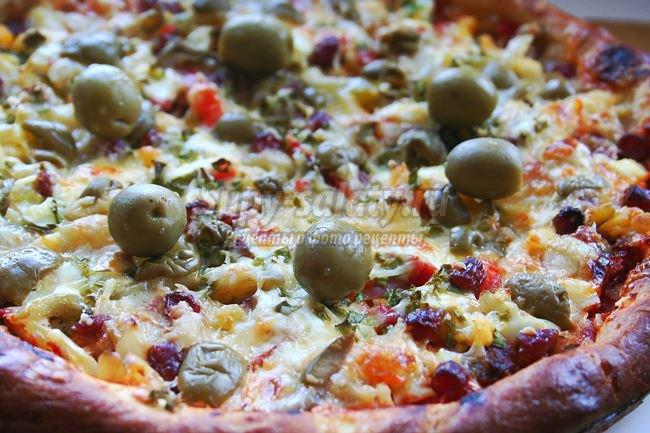 Пицца с овощами и колбасой