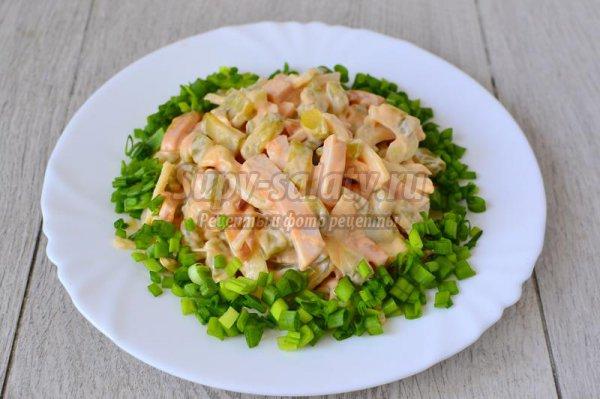 Салат из копченого окорочка и огурцов