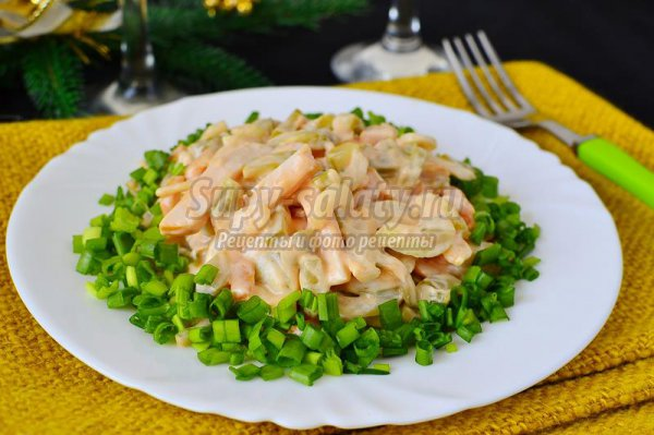 Салат с копченой курицей и маринованными огурцами