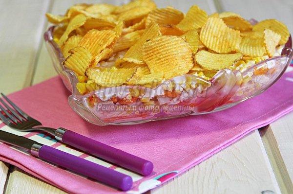 Слоёный салат с чипсами и варёной кукурузой