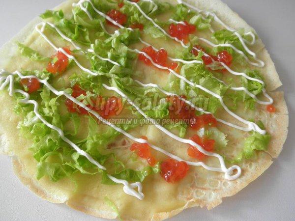 Блины с красной икрой и листьями салата