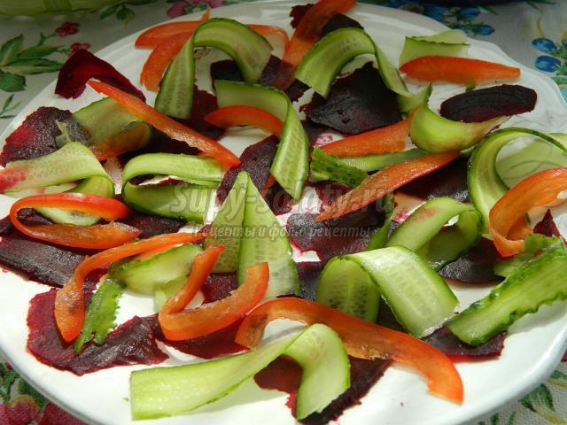 весенний салат из свеклы, перца и огурцов