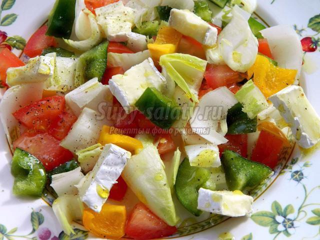 салат из цикория с помидором, перцем и камамбером