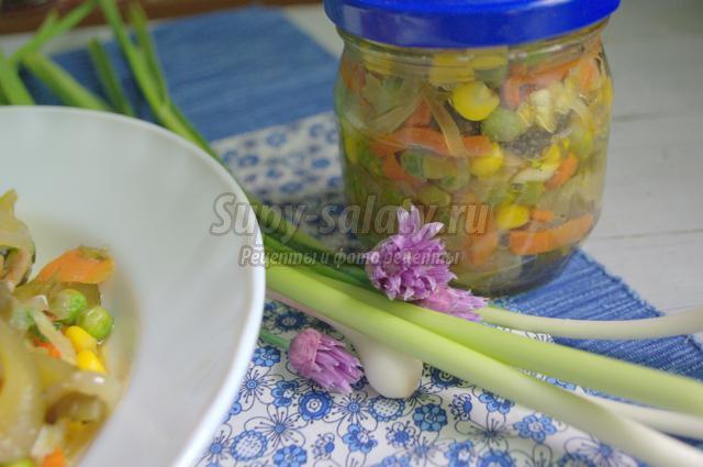 салат с квашеными огурцами, горошком и грибами
