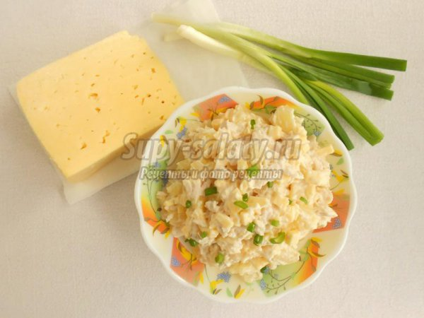 Салат с ананасом, курицей и твердым сыром