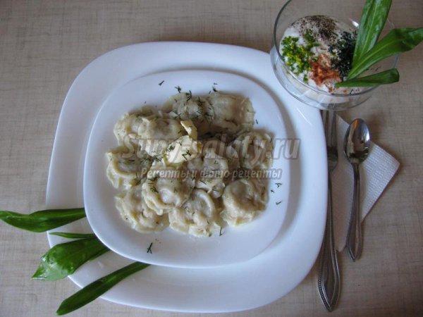 Ароматные пельмени с зеленью и нежным соусом