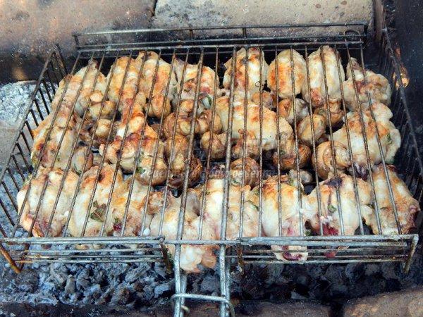 Куриные крылышки с грибами на костре