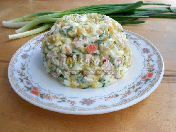 Салат с крабовыми палочками и зеленым луком