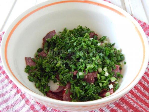 Салат с редисом и колбасой