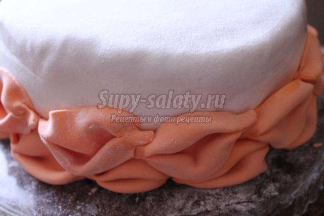 торт с буфами и цветами из мастики