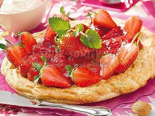 Как приготовить слоеный пирог с клубникой?