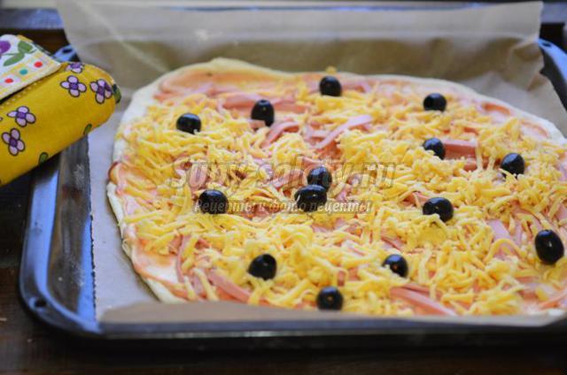 быстрая пицца с колбасой и оливками