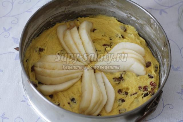 бисквитный пирог с грушами и изюмом
