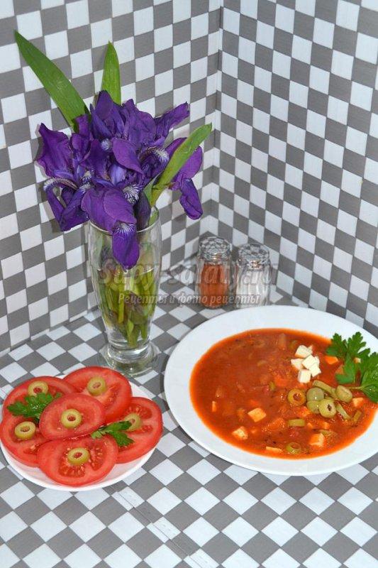 томатный суп с кабачком и оливками