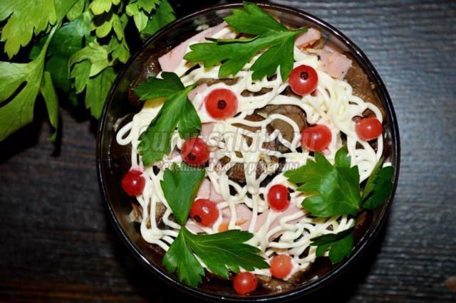 салат и грибами и колбасой