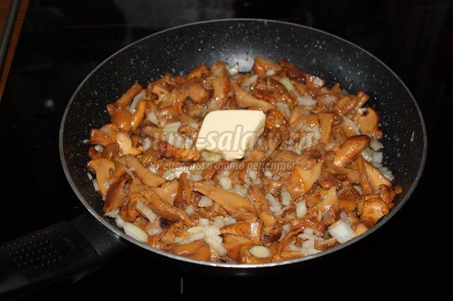 Жареные грибы лисички со сливками