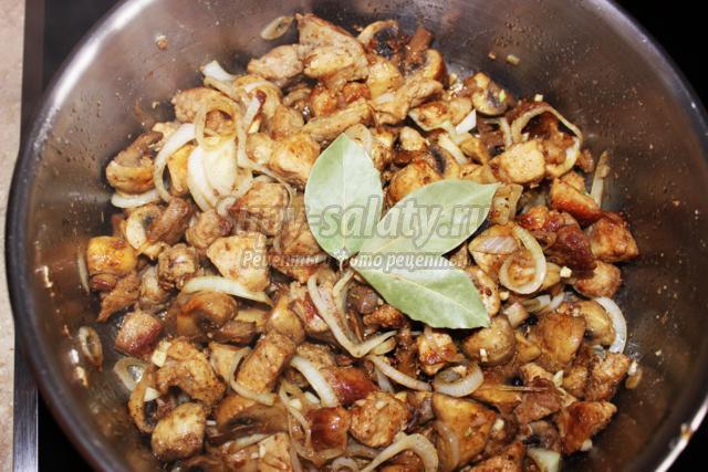 жареное мясо с грибами