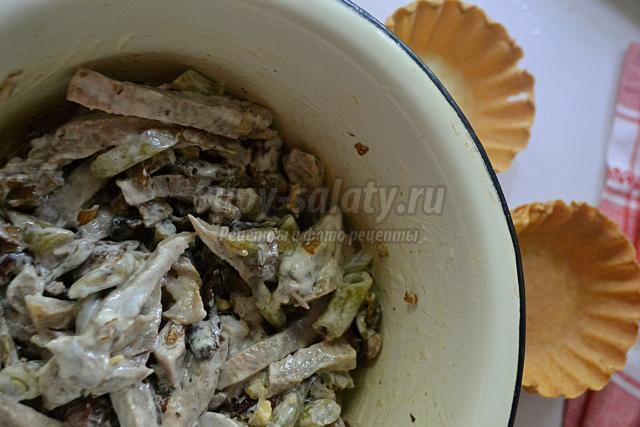 салат из языка в корзинках