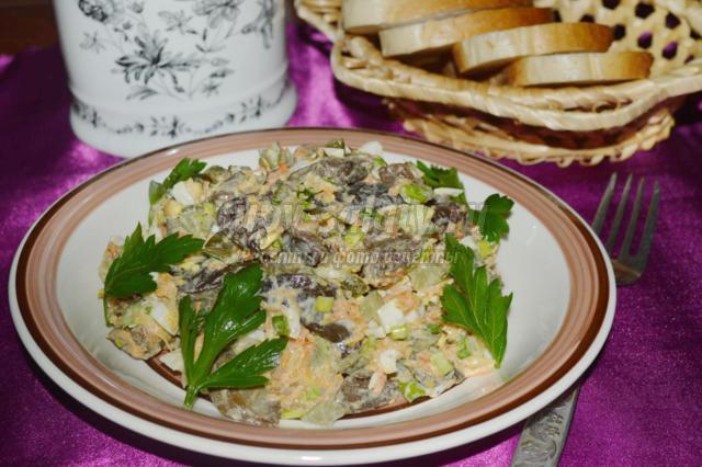 грибной салат с маринованными огурцами