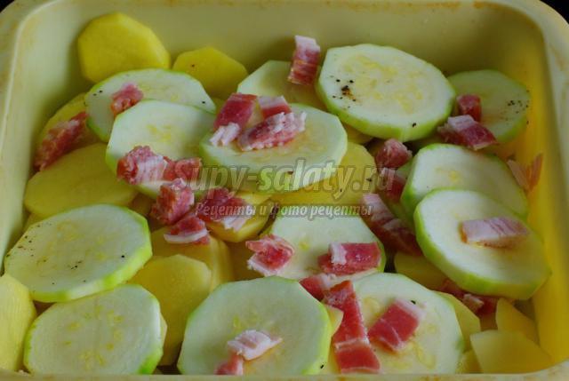 запеканка с кабачками, картофелем и беконом