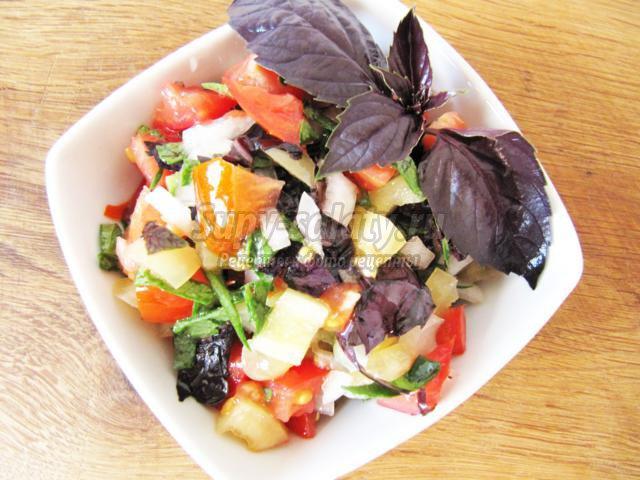 салатный микс с помидорами и базиликом
