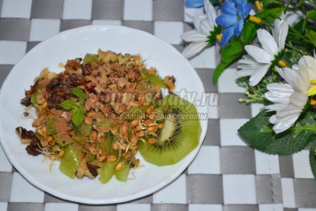 фруктово-ореховый салат с пророщенной пшеницей
