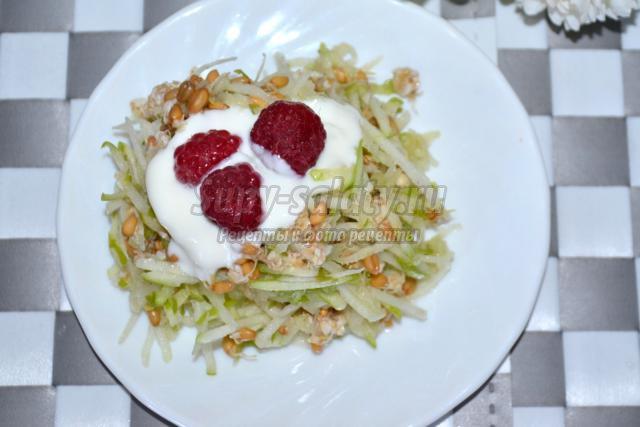 вегетарианский салат из проростков пшеницы с яблоками