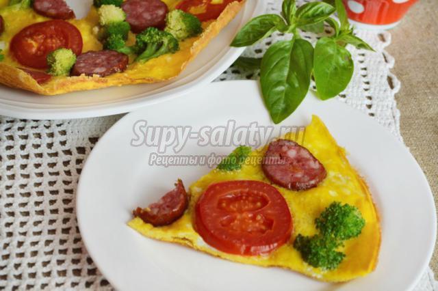 омлет с брокколи, помидорами и колбасой